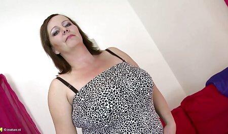 Menina x videos com amadoras bonita em luxuoso lingerie erótica acariciando-se